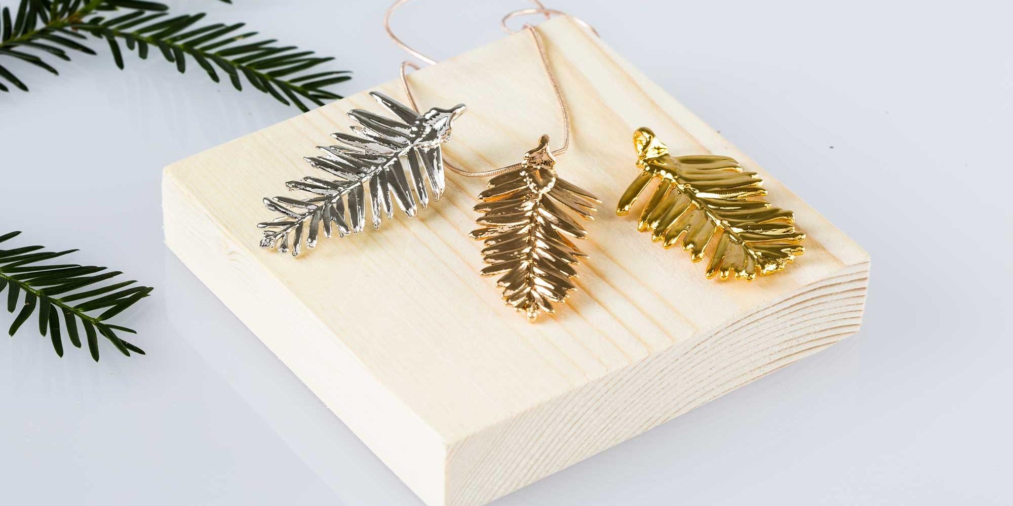 Tre ciondoli di vere foglie aghiformi di abete nelle tre diverse placcature: argento, oro rosa e oro