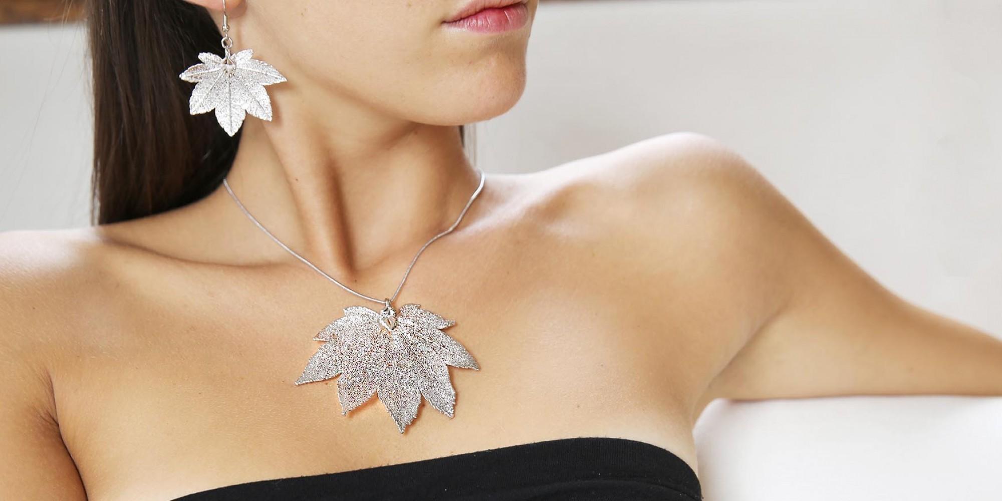 Parure indossata da modella con orecchini e ciondolo di vere foglie di acero full moon placcate argento