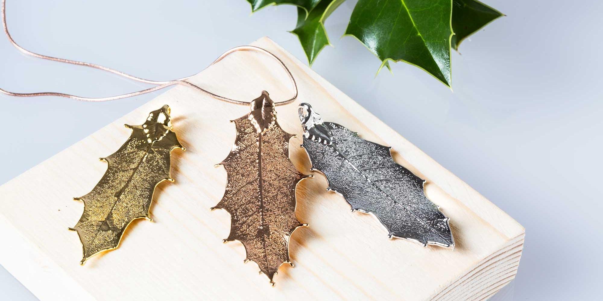 Tre ciondoli di vere foglie di agrifoglio nelle tre diverse placcature: oro, oro rosa e argento