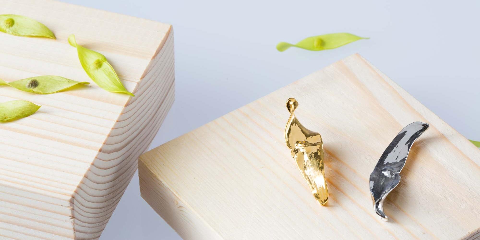 Due ciondoli di veri semi di ailanto placcati uno oro e uno argento