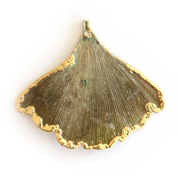 Ciondolo di una vera foglia di ginkgo biloba con foglia a vista su un lato e placcata oro sull'altro lato