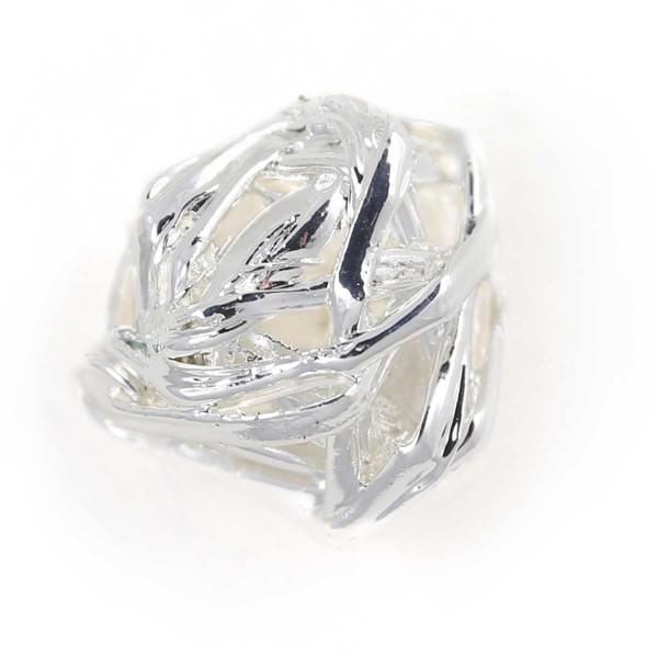 Ciondolo con veri giunchi legati a formare una sfera irregolare placcata argento