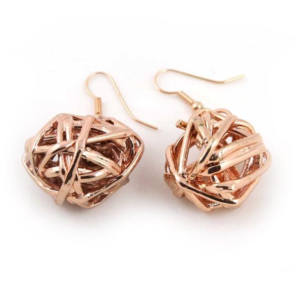 Orecchini pendenti con veri giunchi legati a formare sfere irregolari placcate oro rosa