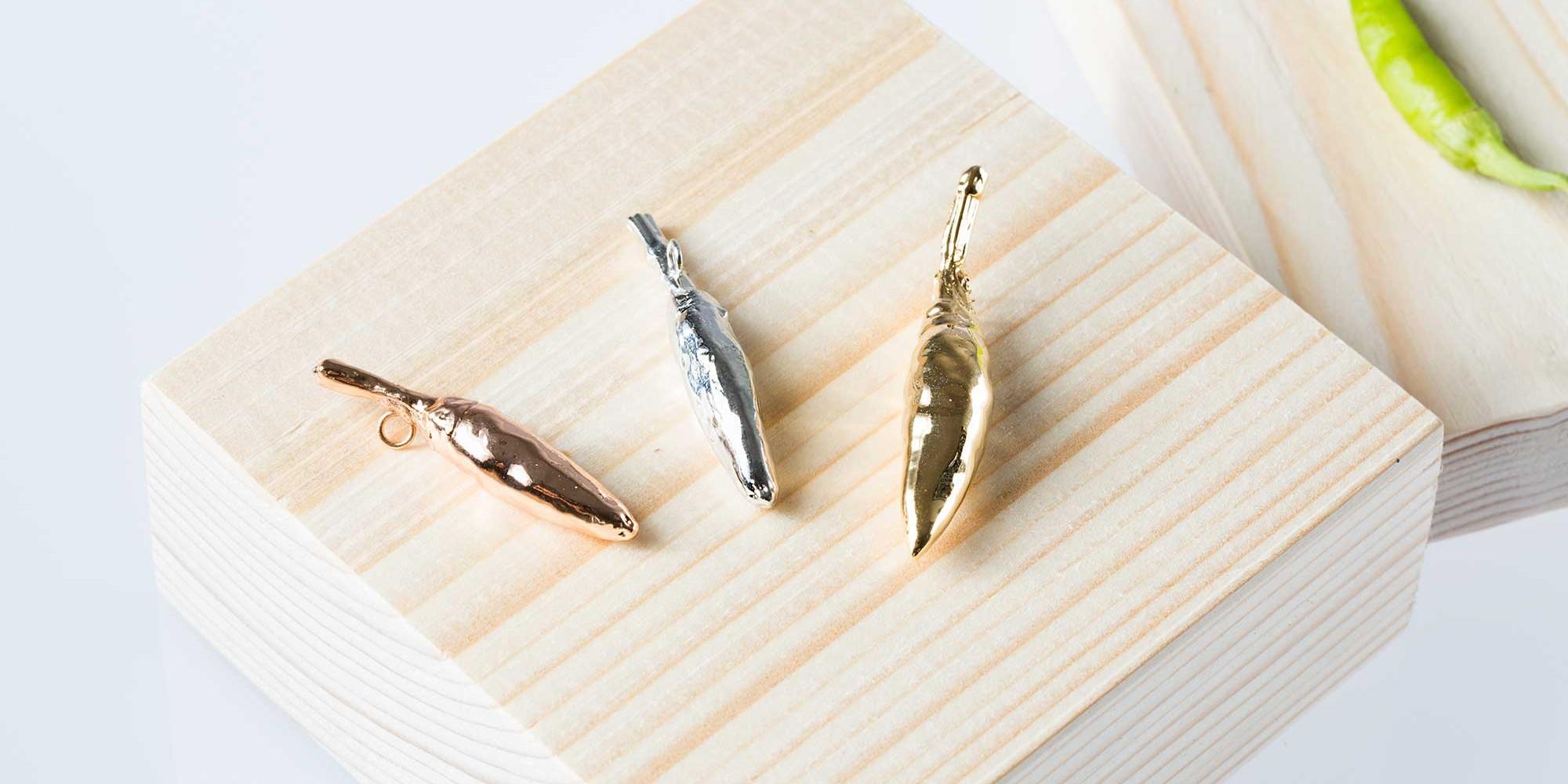 Tre ciondoli di veri peperoncini nelle tre diverse placcature: oro, oro rosa e argento